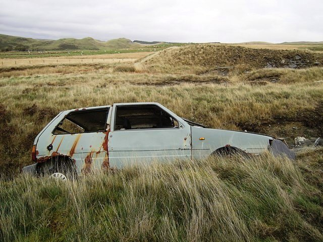 Abandoned Fiat Uno near the gate (2006)